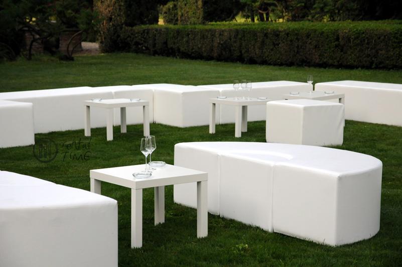Noleggio pouf divani ed arredi esterni per catering ed for Noleggio arredi per eventi milano